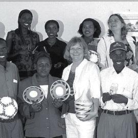 Übergabe von Spielmaterial 2006 beim Besuch im Kindergarten Mugombwa